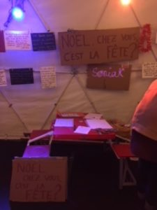 La table rouge pliante, qui nous suivra partout !